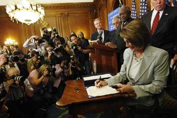 Η πρόεδρος της Βουλής, Νάνσι Πελόσι, υπογράφει το νομοσχ�διο